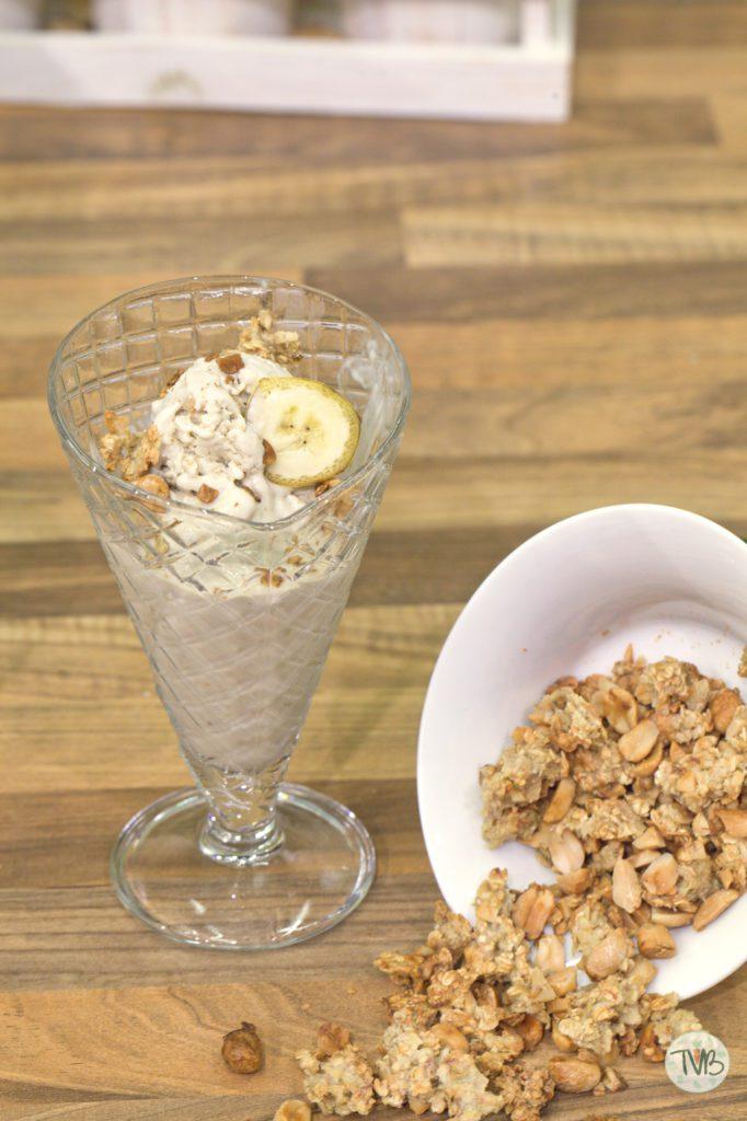 Bananen Eis mit Erdnuss Granola