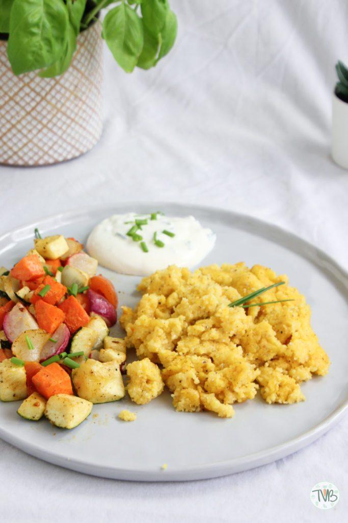 Polenta, Maisgrieß, Gemüse, Schnittlauch, Sterz, steirisch, Ofengemüse, vegan, vegetarisch, veggie, Schnittauchsauce