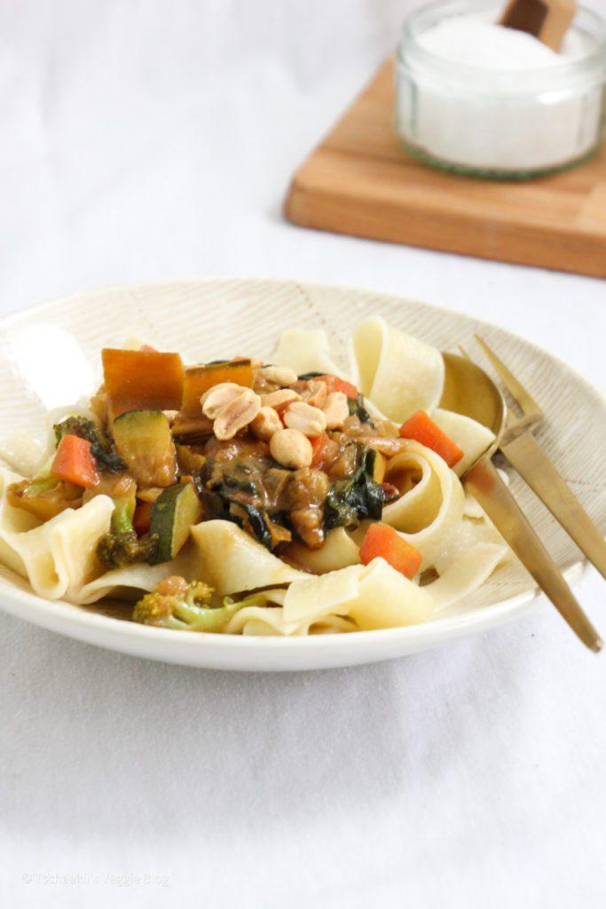 Vegane Erdnusssauce mit Gemüse, Ingwer, Ahornsirup