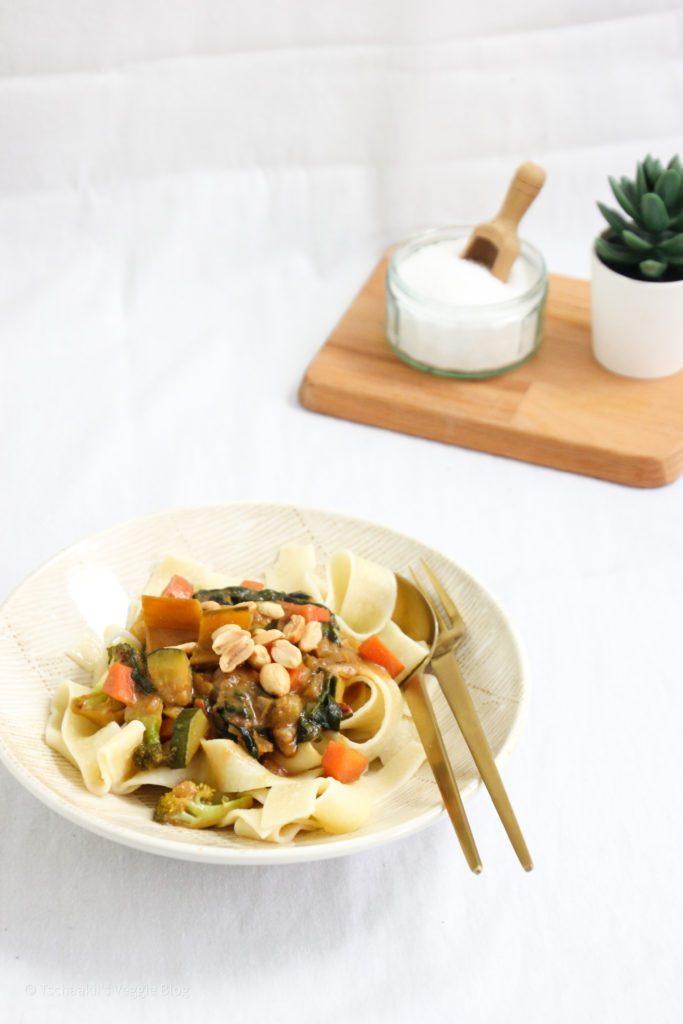 Vegane Erdnusssauce mit Gemüse, Ingwer, Ahornsirup, Essig, Datteln, Erdnussbutter