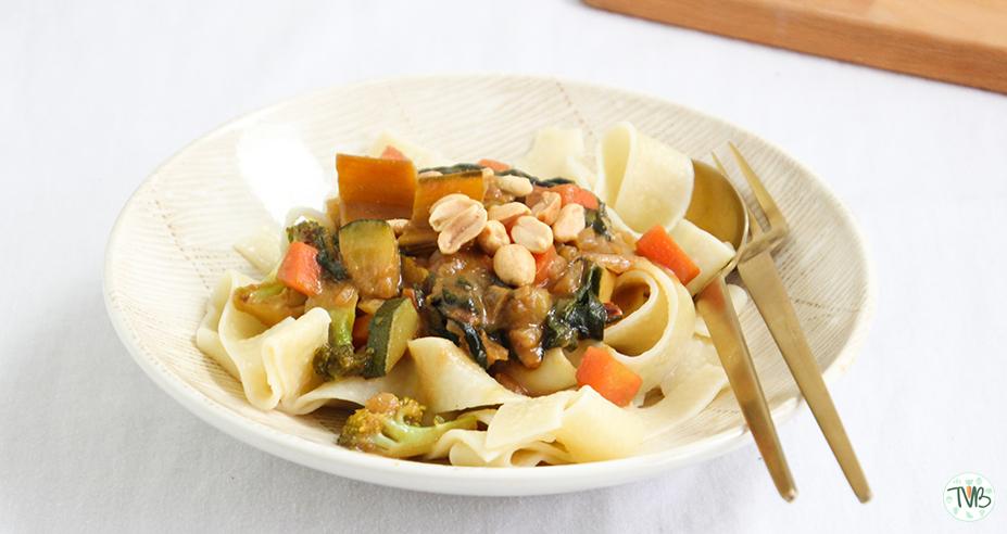 Nudeln mit veganer Erdnuss-Gemüsesauce alla Tschaakii